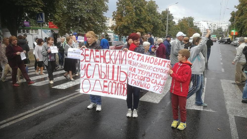 sbili_mashinoy_politseyskiy_postradal_vo_vremya_protesta_protiv_stroyki_na_tairova_1850-Cropped.jpg