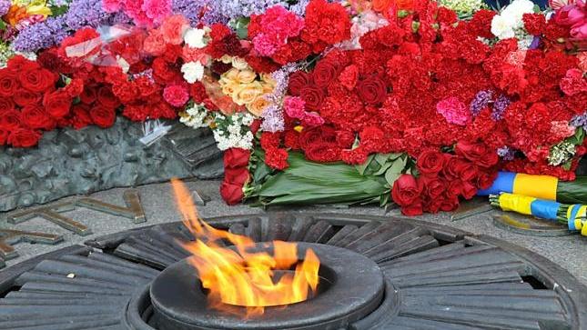 -победы-цветы-у-вечного-огня.jpg